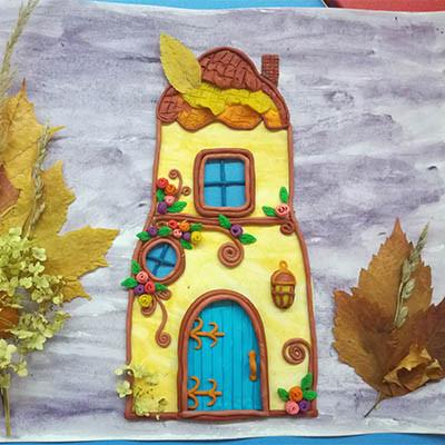 Сказочный домик в осеннем лесу